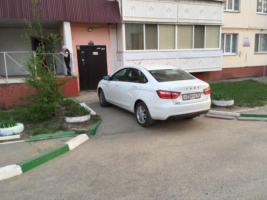 В Брянске автохам у подъезда закрыл путь инвалидам-колясочникам