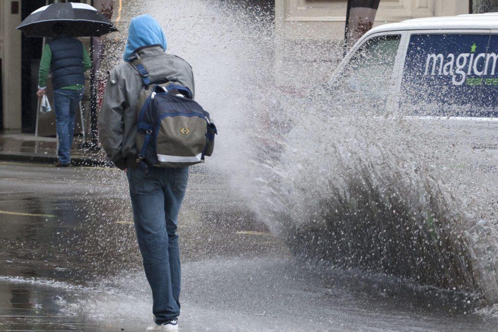 В Брянске водитель-лихач облил грязью школьников