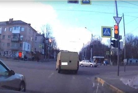 В Брянске водителя микроавтобуса наказали за проезд на красный