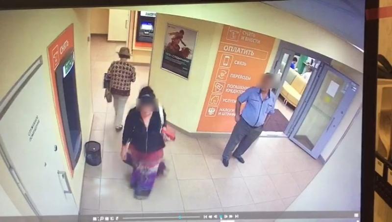 В Брянске мошенник ограбил в банке 64-летнюю женщину