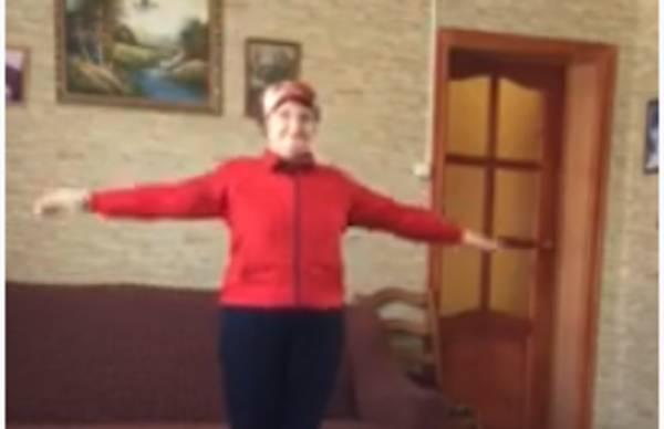 Брянская бабуля на самоизоляции призвала земляков заниматься спортом