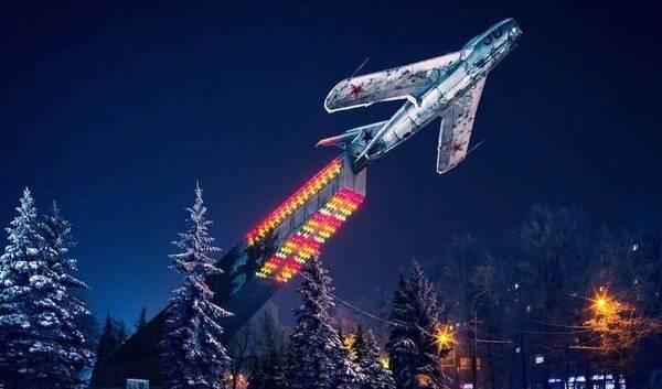 Памятник Лётчикам в Брянске преобразился к Новому году