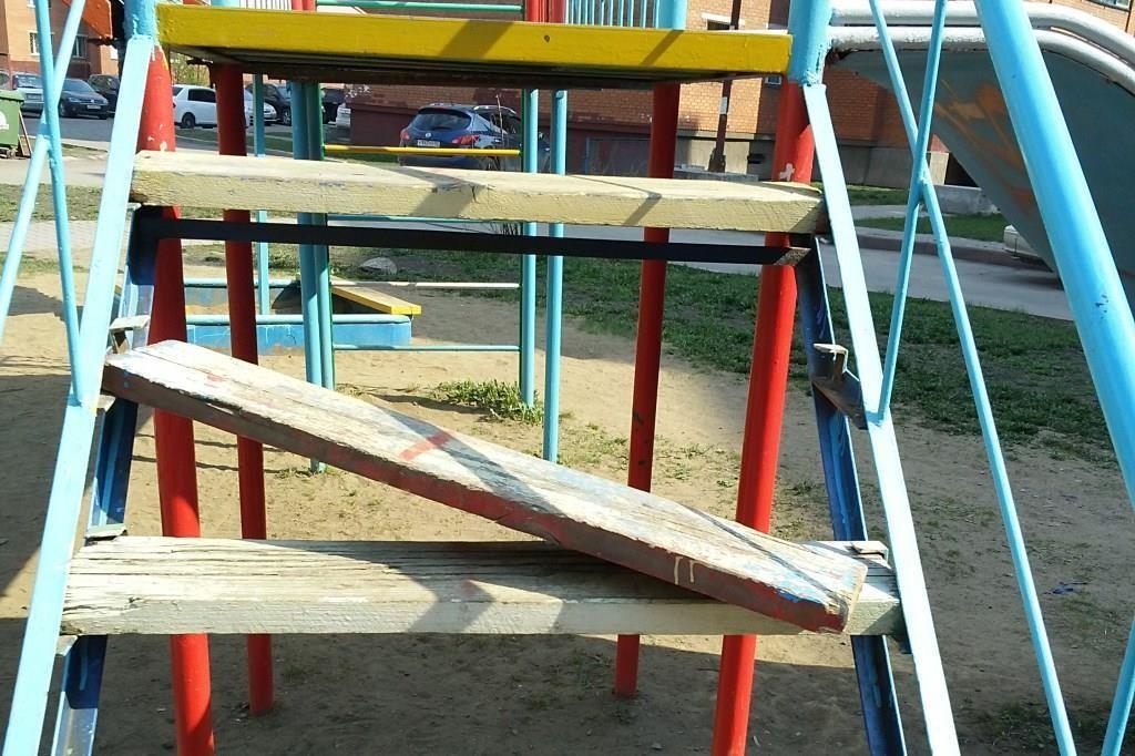 В брянском поселке Белые Берега нашли опасную детскую площадку