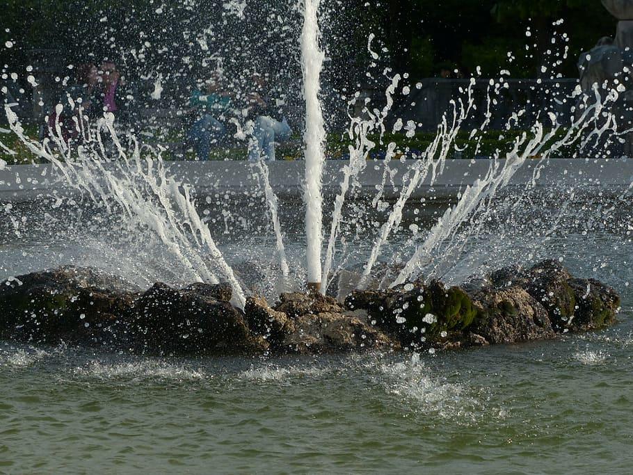 В Клинцах после ремонта центральный фонтан стал обстреливать прохожих водой