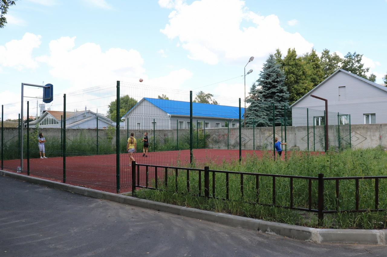 В Брянске завершается благоустройство дворовой территории на улице Володарского