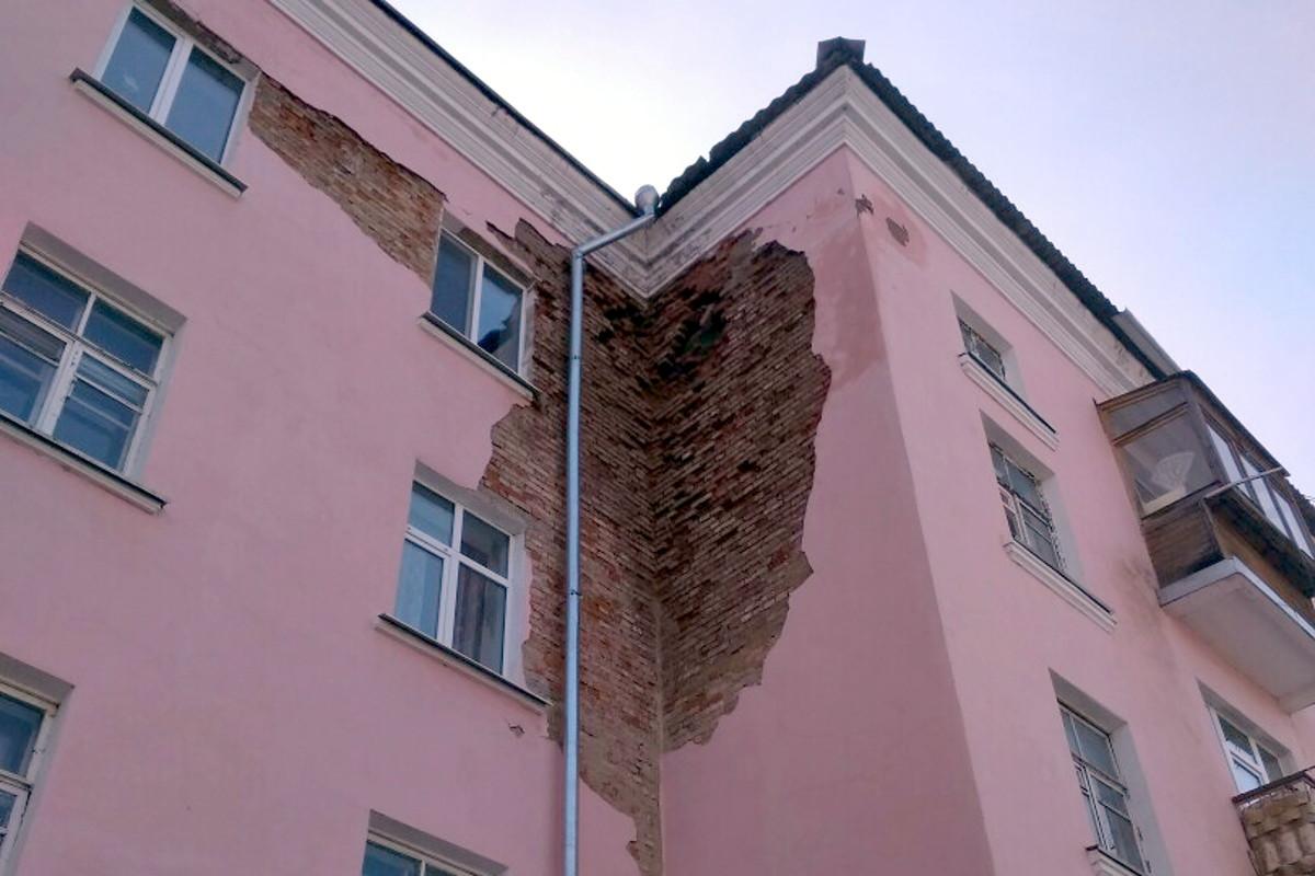 В Фокинском районе Брянска обрушилась часть стены дома №1б на Московском проспекте