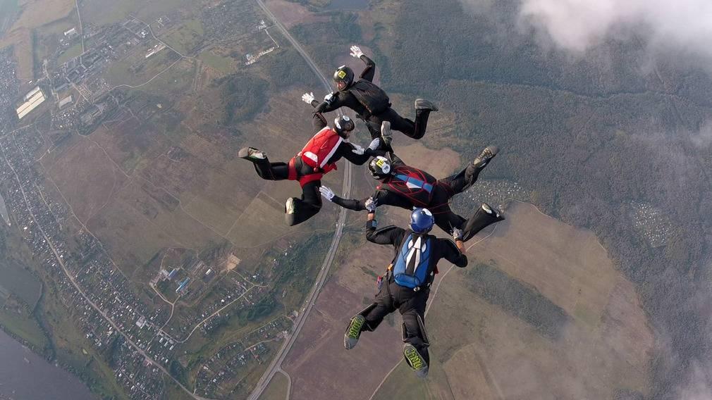 В брянских Бордовичах 20 юных спецназовцев прыгнули с парашютом