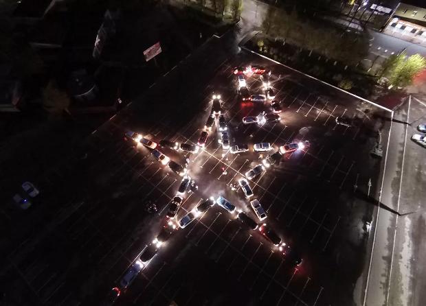 Брянские сотрудники УГИБДД построили из автомобилей светящуюся звезду Победы