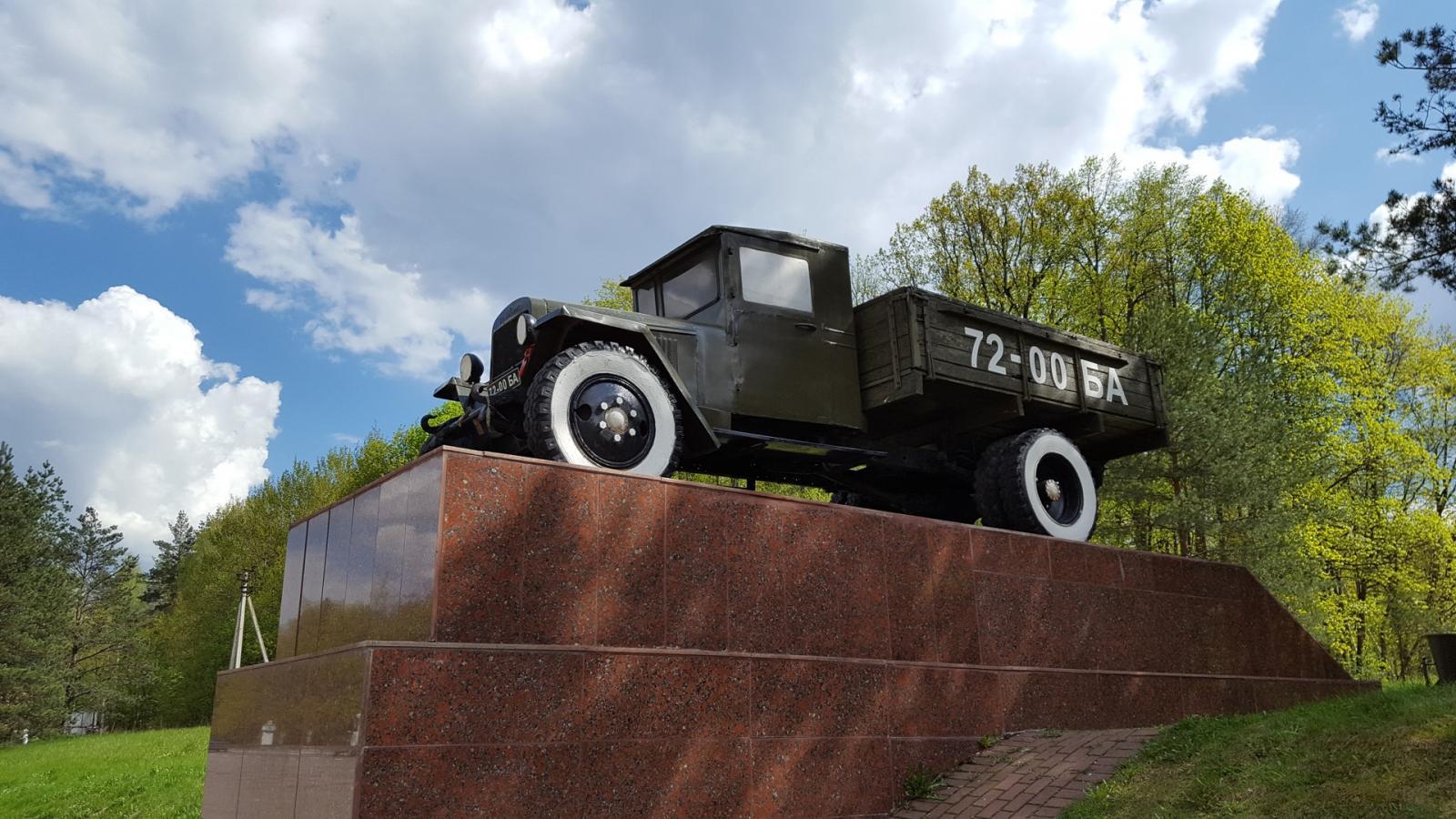 На выезде из Брянска памятник Воинам-водителям погрузился во тьму