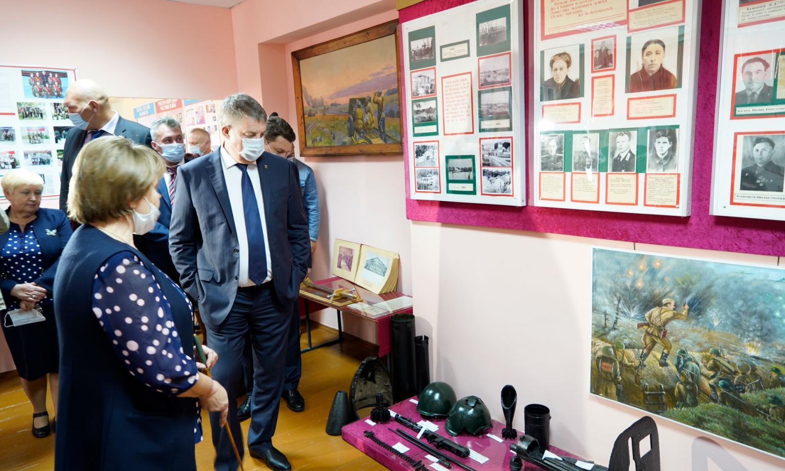 Александр Богомаз посетил образовательные учреждения в Рогнединском районе