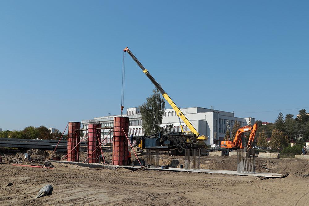 В Брянск для нового моста на набережной привезли первые шесть балок