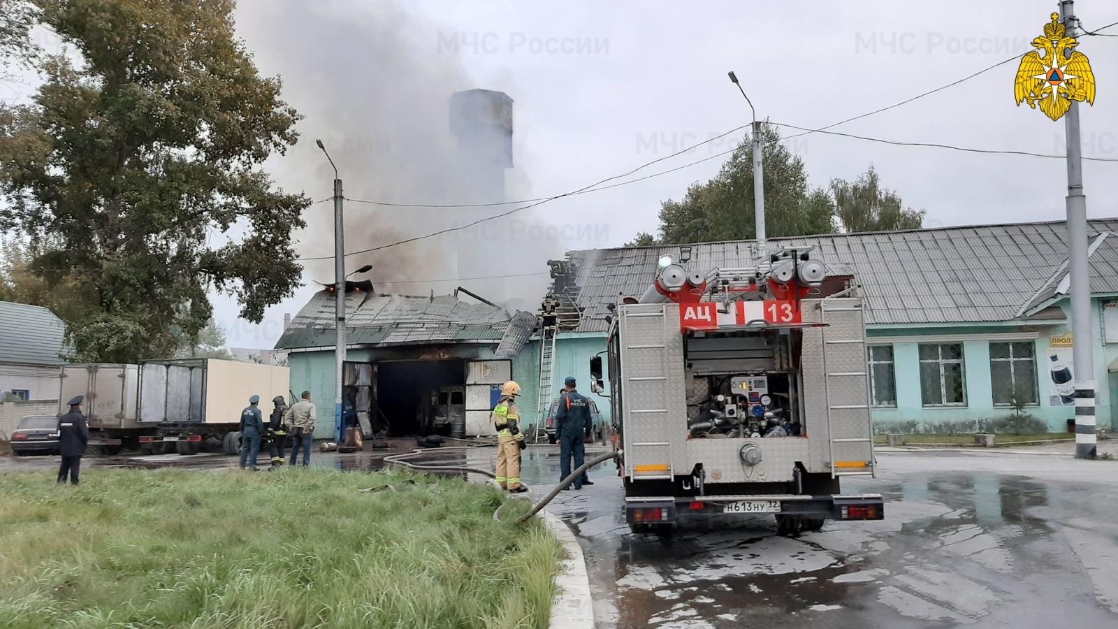 В Бежицком районе на улице Сталелитейной пять автоцистерн тушили автосервис