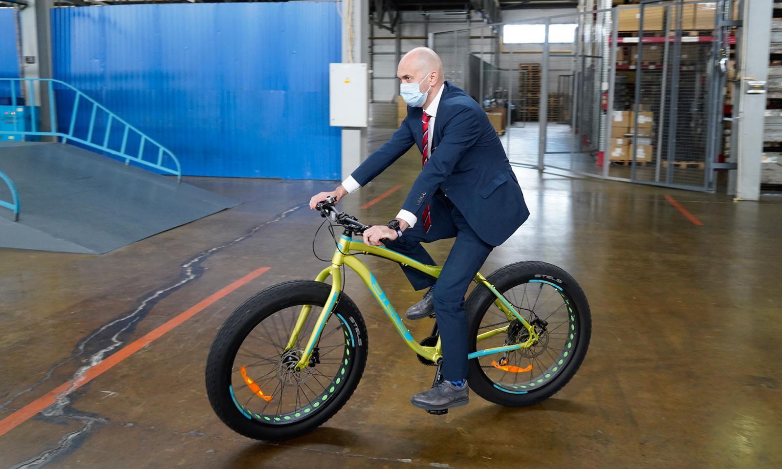 Замминистра спорта Кадыров прокатился на велосипеде Жуковского веломотозавода