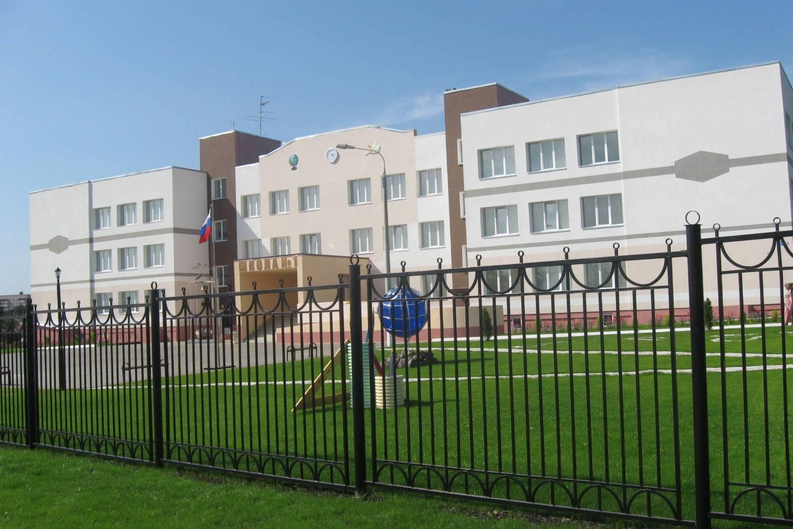 Почепские военные разлили солярку возле школы №1