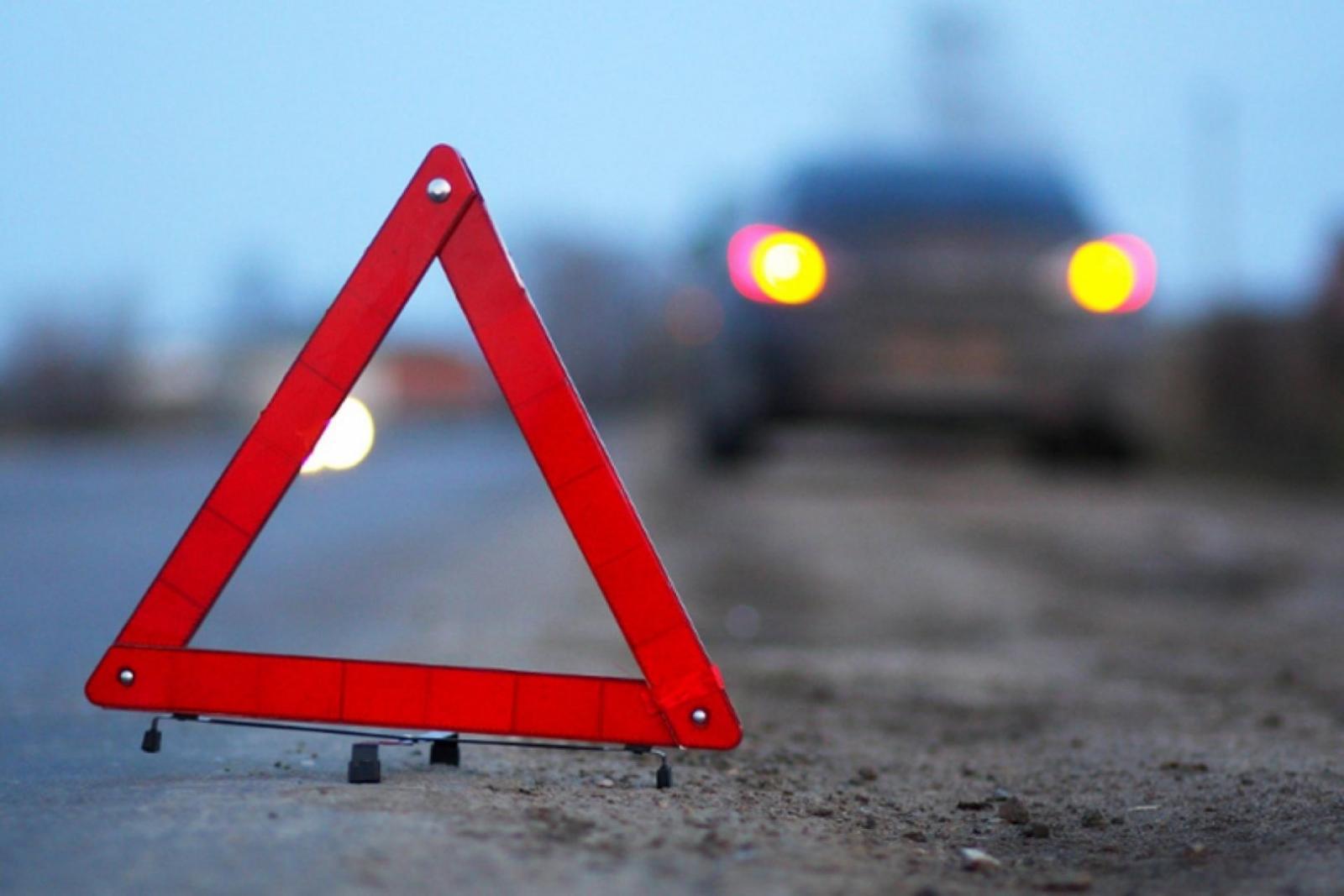 В Брянске у ТРЦ «Аэропарк» отечественный автомобиль влетел в столб