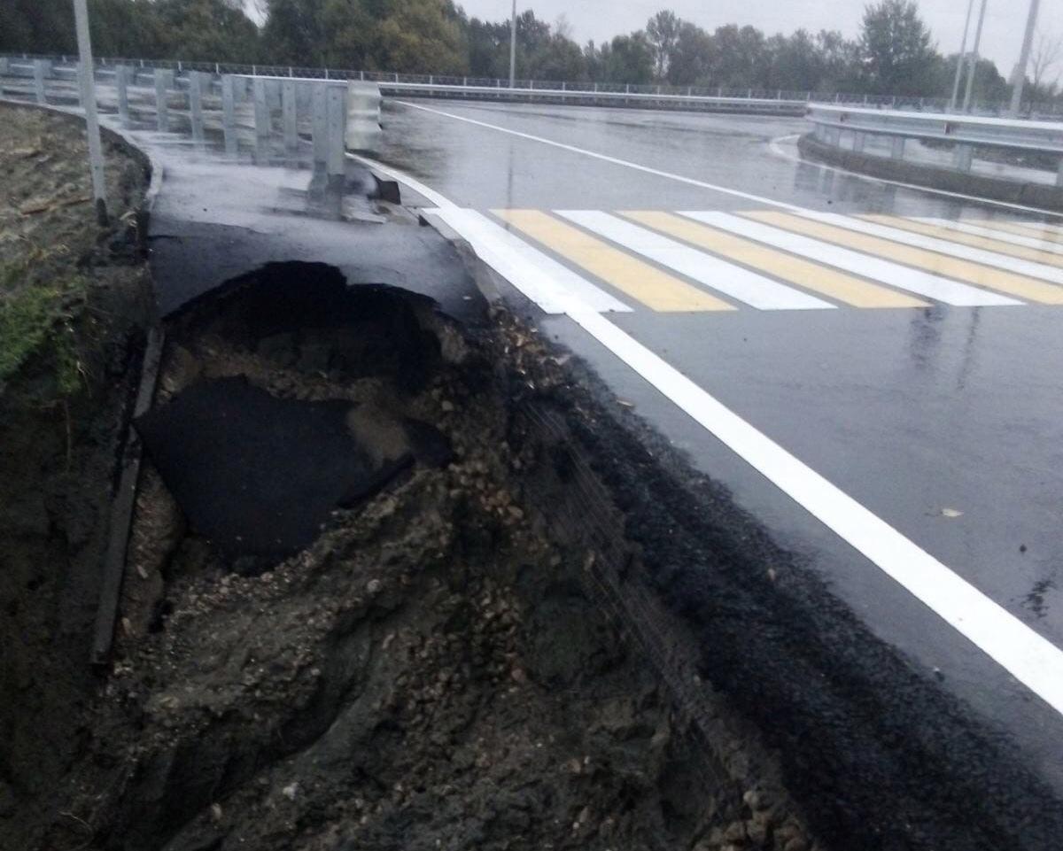 Новая дорога возле Metro в Брянске не выдержала суровых погодных условий