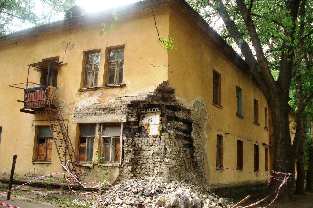 В Брянске прокуратура признала аварийный заброшенный дом возле цирка опасным