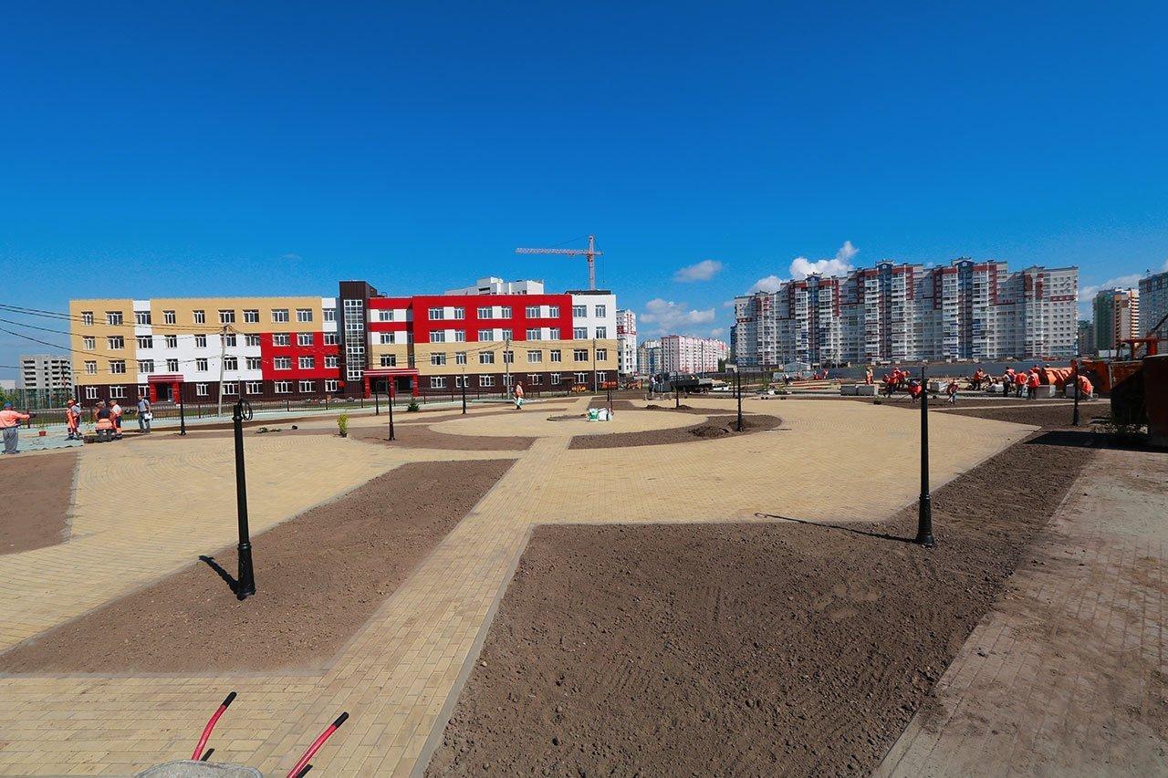 В новом сквере на улице Рекункова укладывают тротуарную плитку