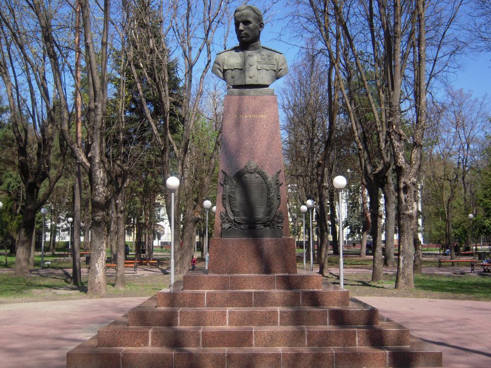 В Брянске в сквере Камозина появились 26 стел с портретами героев-летчиков