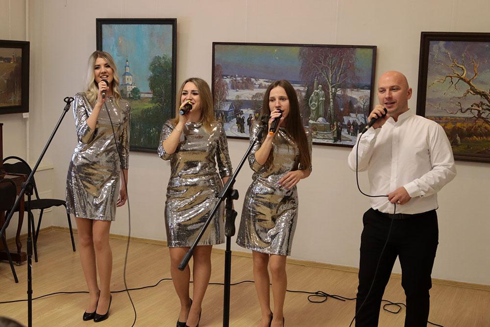 В Брянске работников культуры поздравили вокалисты ансамбля «Созвучие»