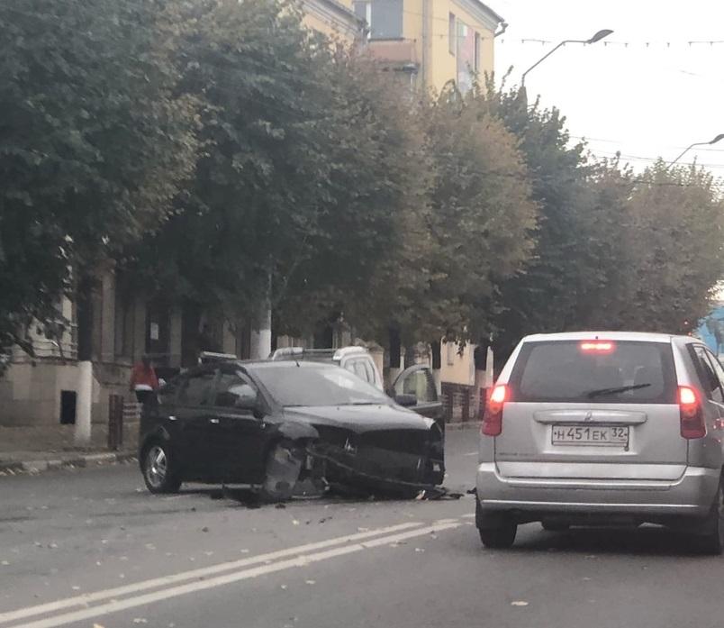 В Брянске случилась авария на проспекте Ленина возле ТЦ «Родина»