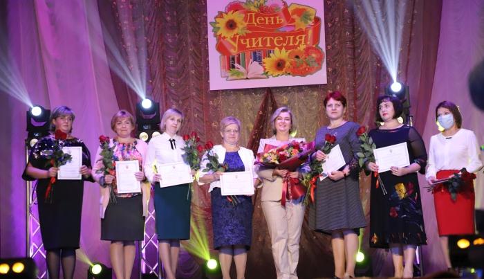 В Клинцах учителей поздравили с праздником «Бабкины внуки»