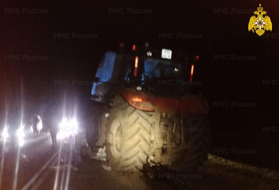 Спасатели МЧС вырезали 2 человека из автомобиля, попавшего в ДТП в Трубчевском районе