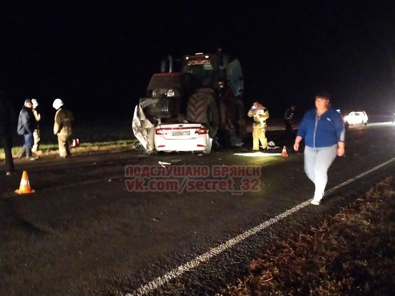 В ДТП с трактором на трассе под Трубчевском погибли 19-летний водитель и 15-летний подросток