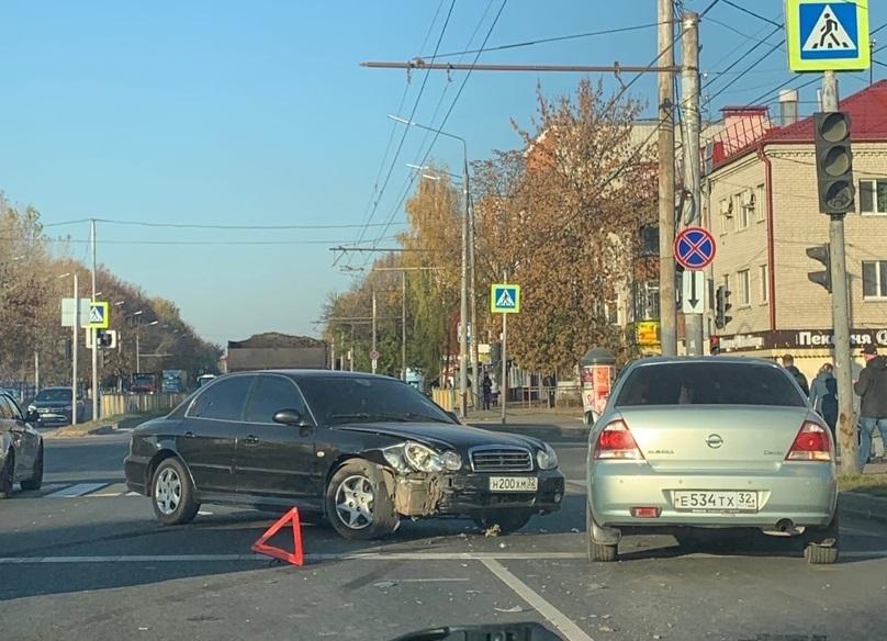 На проспекте Станке Димитрова автомобиль Hyundai Sonata попал в ДТП