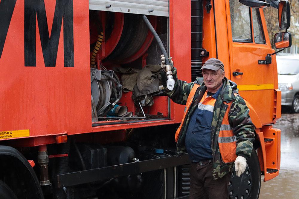 В Бежице огромную лужу на улице Куйбышева устранили с помощью спецтехники