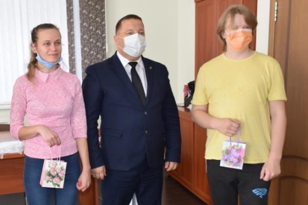 В Выгоничском районе дети-сироты получили ключи от новых квартир