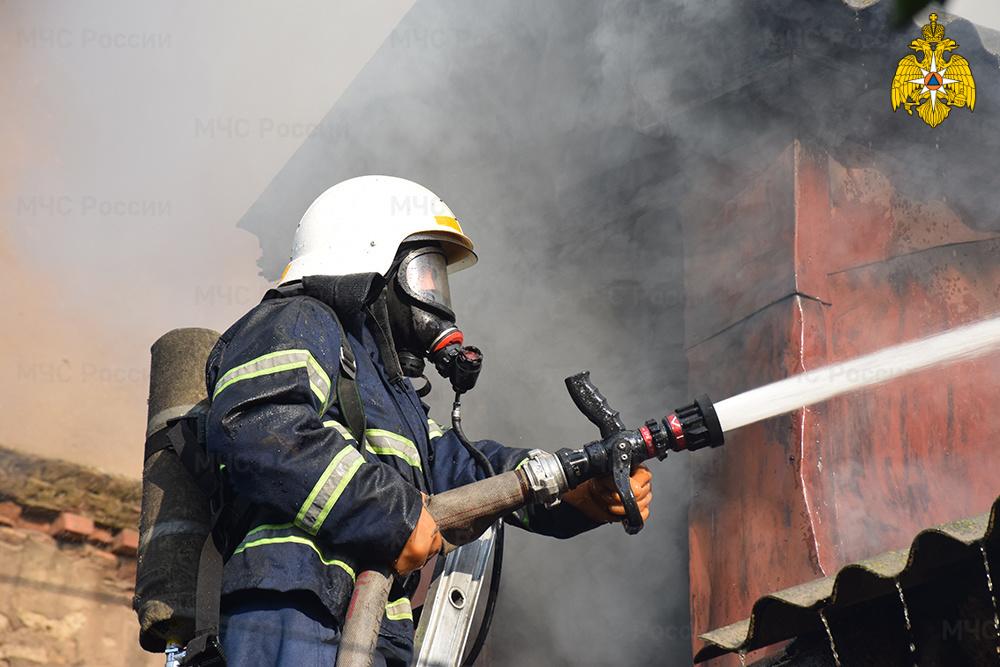В Дятьковском районе спасатели четыре часа тушили жилой дом