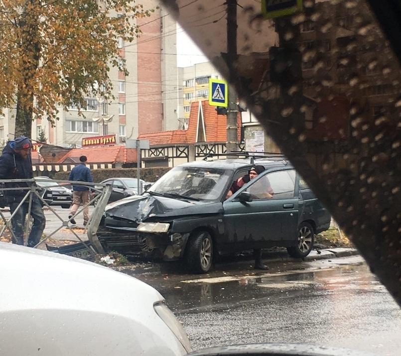 На улице Крахмалева возле ресторана «Августин» легковушка протаранила забор