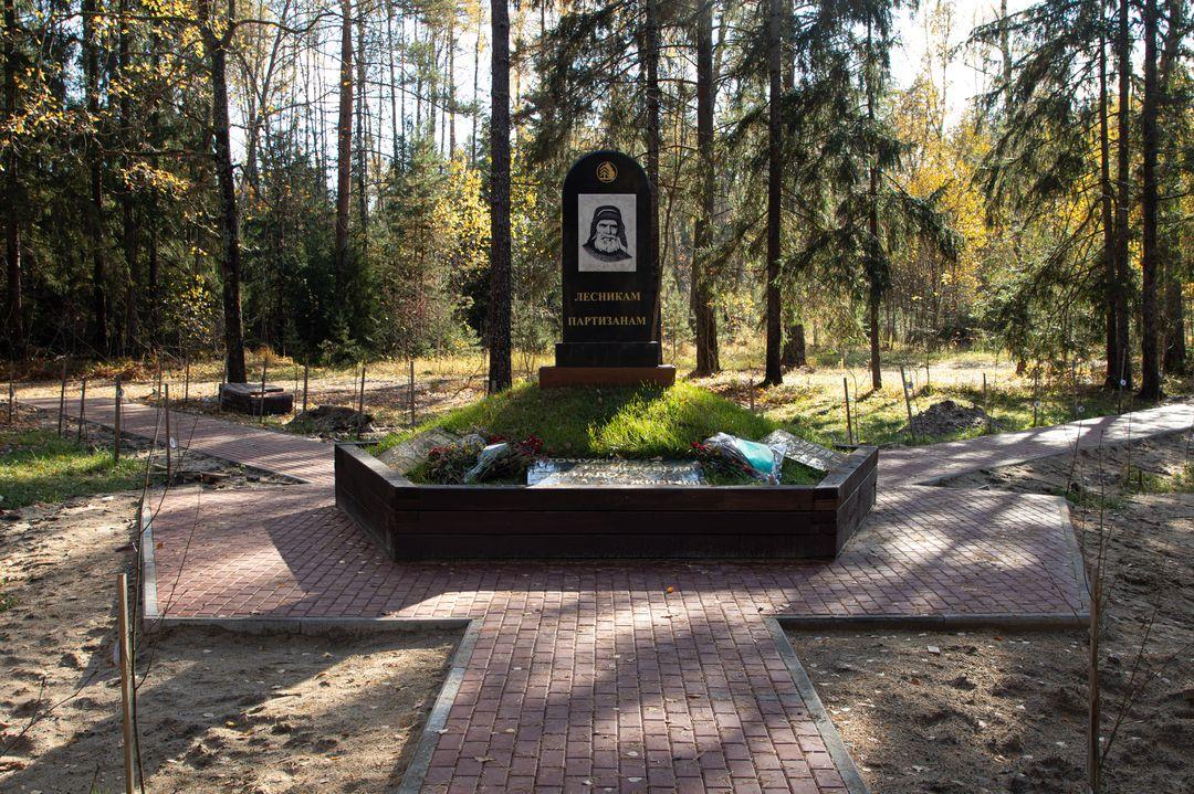 В Брянском районе возле памятника «Лесникам-партизанам» благоустроили пешеходные дорожки