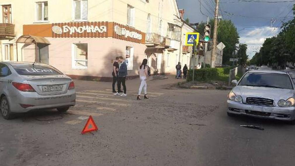 В Брянске такси Uber попало в ДТП на улице Пушкина