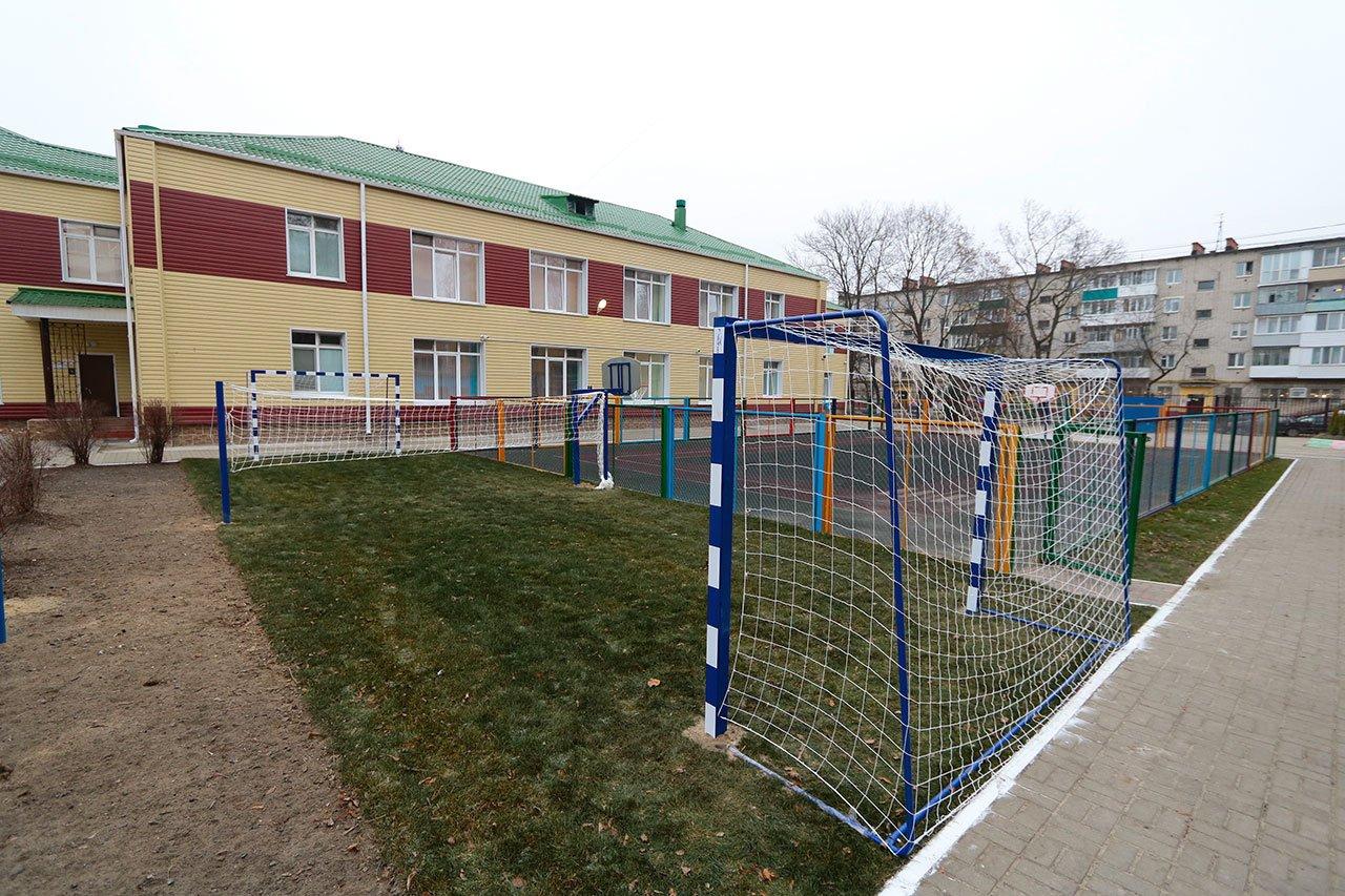 В Новозыбкове демонтировали старый сарай около территории детского сада