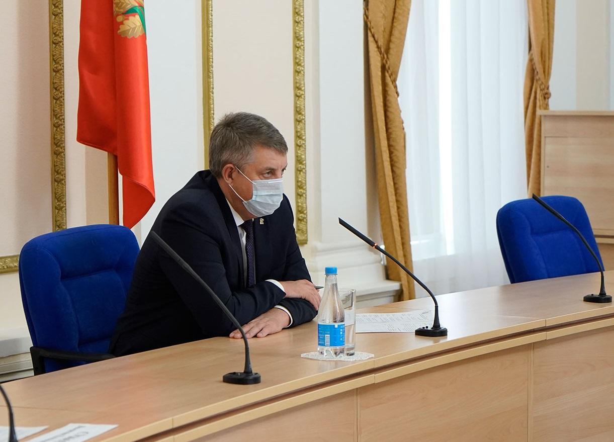 Губернатор Александр Богомаз пояснил порядок контроля QR-кодов на входах в ТРЦ и заведения