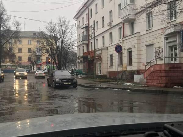 Водитель «Мерседеса» в Брянске припарковался на встречной полосе