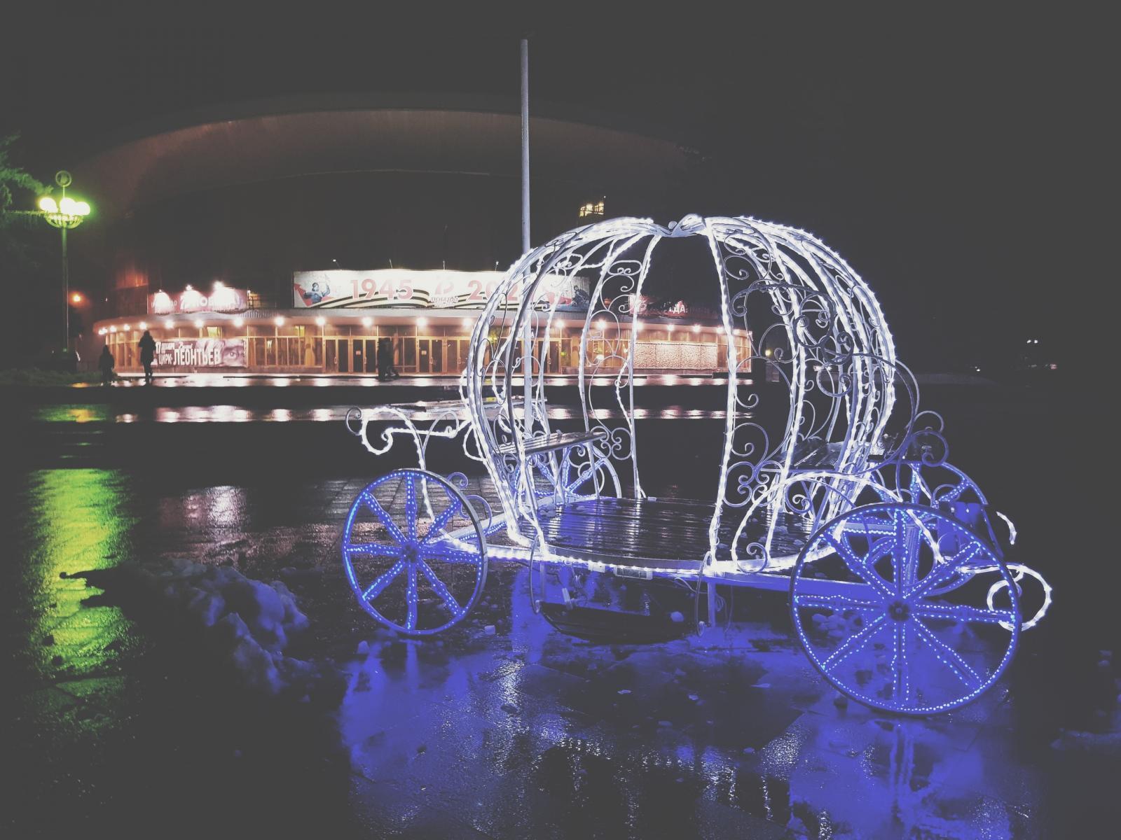 Центр Брянска продолжают украшать к Новому году