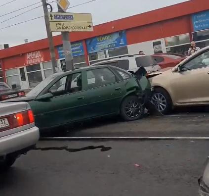 В Брянске на проспекте Станке Димитрова столкнулись два легковых автомобиля