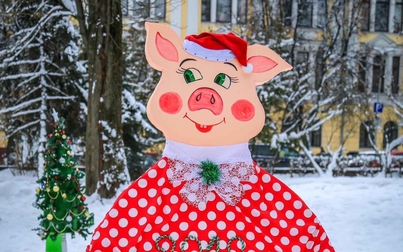 В сквере Карла Маркса появились озорные свиньи и необычные куклы