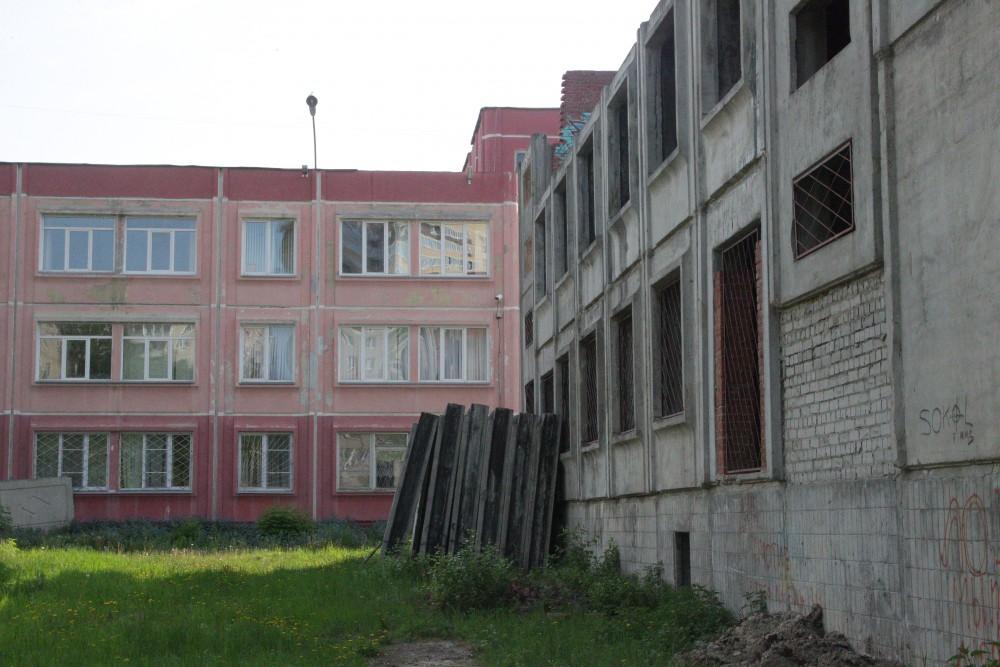 В Брянске просят снести опасную постройку возле школы №32