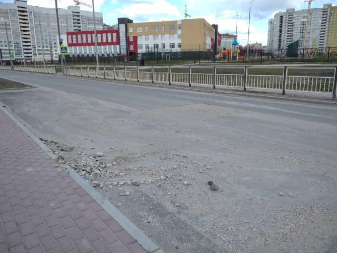 В Брянске завалили щебнем провал на проезжей части улицы Грибачева