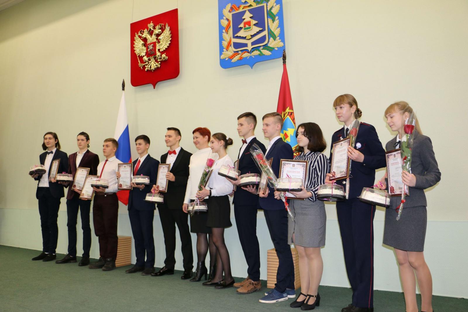 Именные стипендии в Брянске получат 250 школьников и студентов