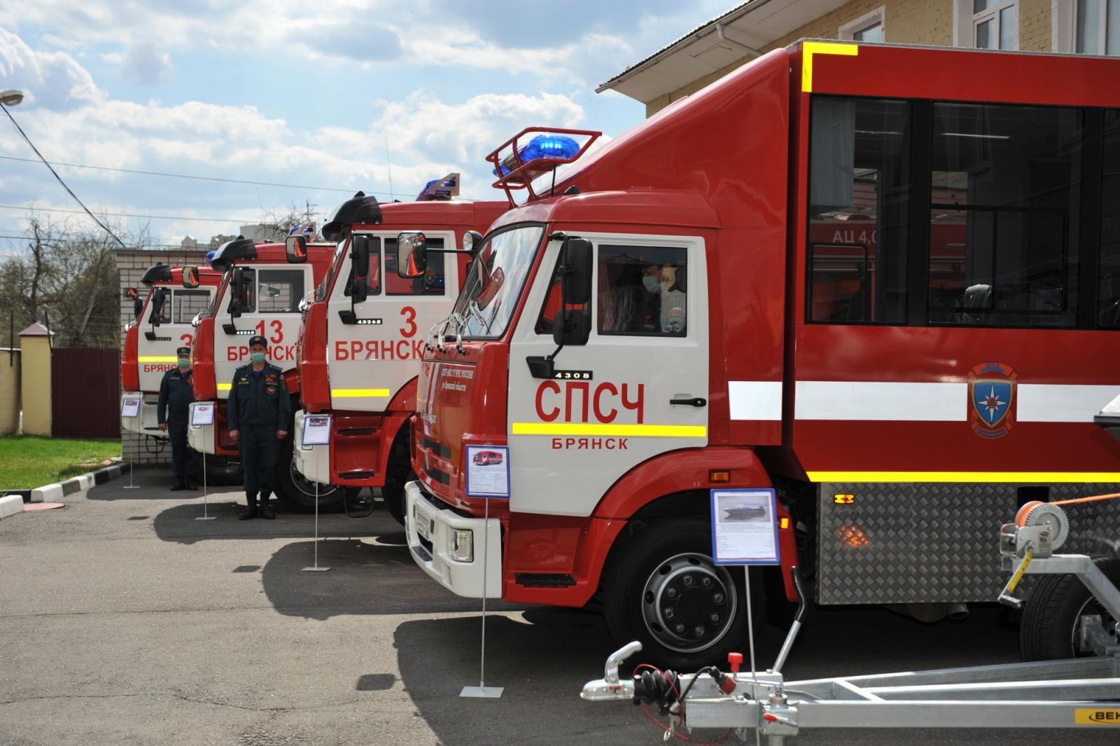 Брянские спасатели получили новые пожарные автомобили и катер