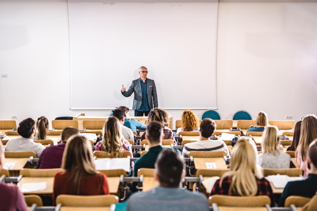 В Брянске на повышение зарплат работникам образования выделили более 2 млрд рублей