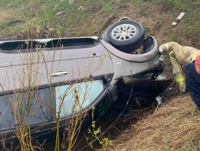 В Брянском районе из-за пробитого колеса перевернулась легковушка