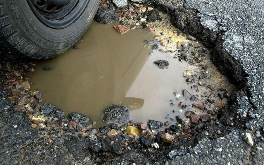Под Брянском дорожники оперативно заделали ставшую причиной ДТП яму