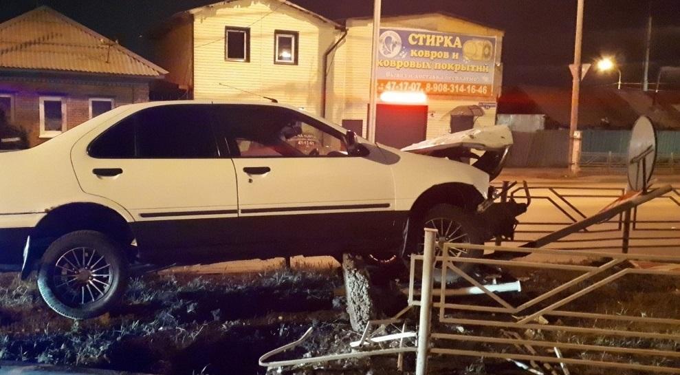 В Володарском районе легковушка повисла на заборе возле техникума на Академика Королева