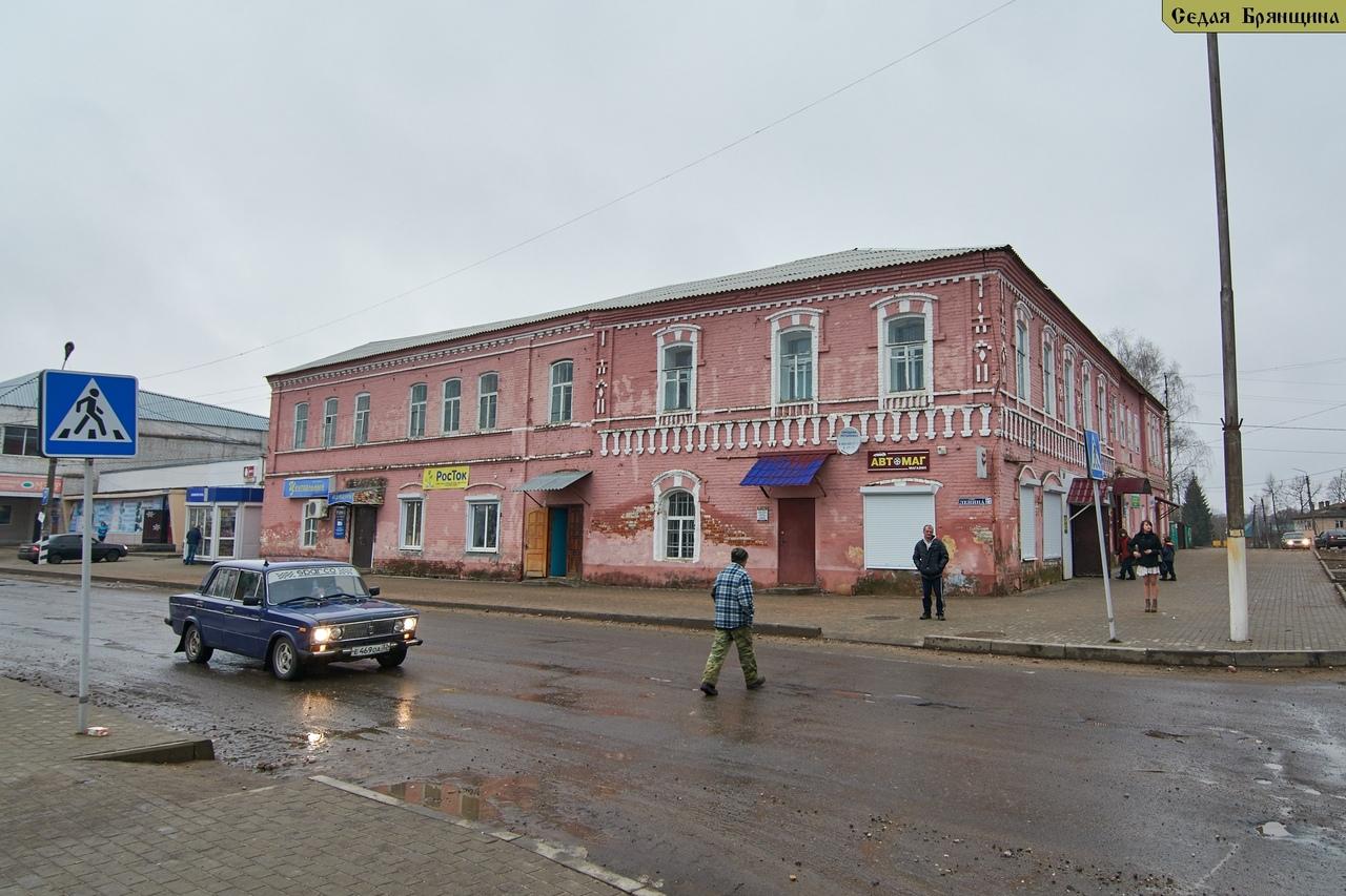 В поселке Рогнедино Брянской области ремонтируют улицу Ленина